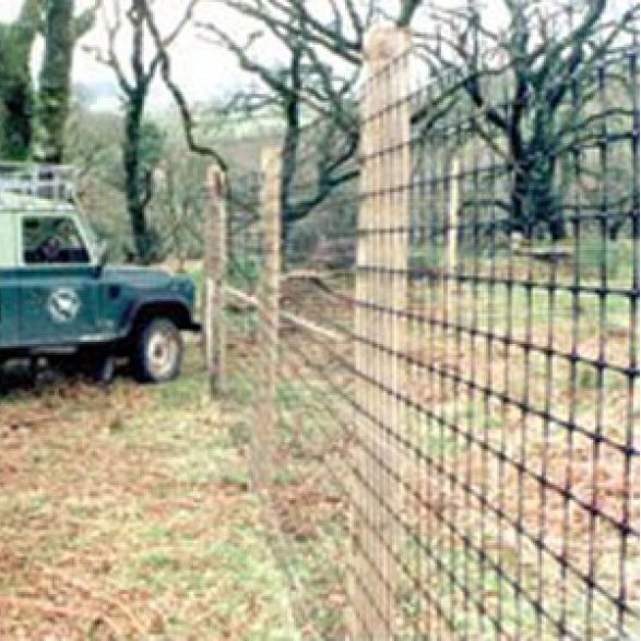 plastic-deer-fence-installed-in-park