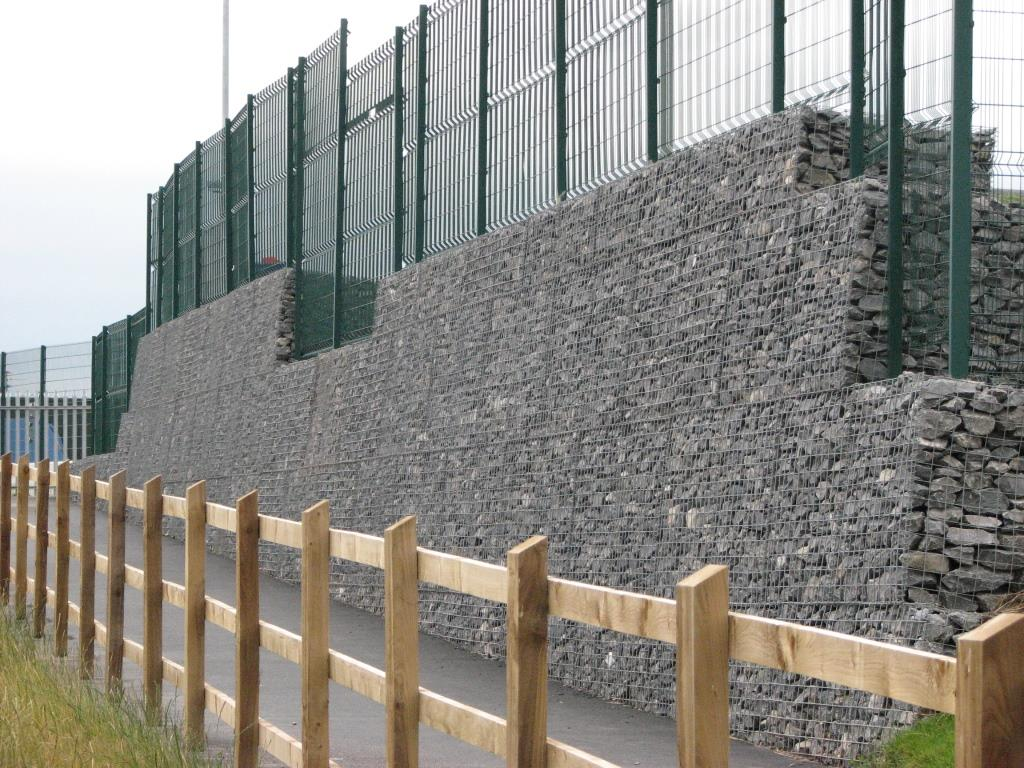 steep-gabion-wall-with-fence-installed